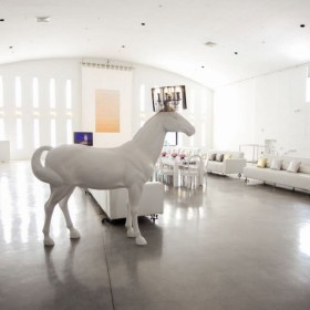 Th horse white